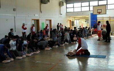Bambini imparano massaggio cardiaco