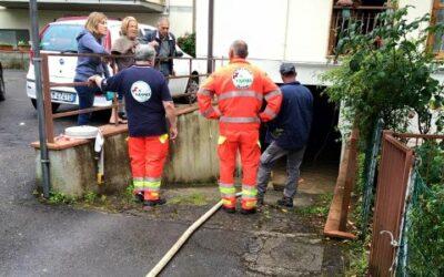 volontari svuotano garage allagato