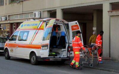 soccorritori spingono barella