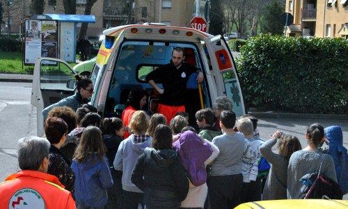 Bambini visitano una ambulanza