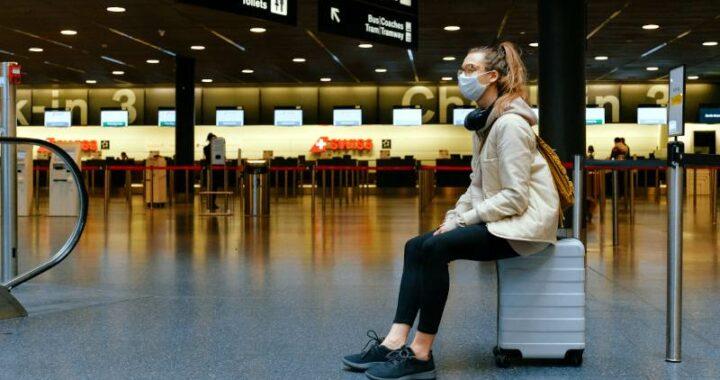giovane in attesa in aeroporto