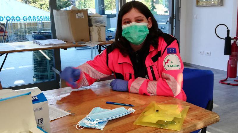 Volontario con mascherine chirurgiche
