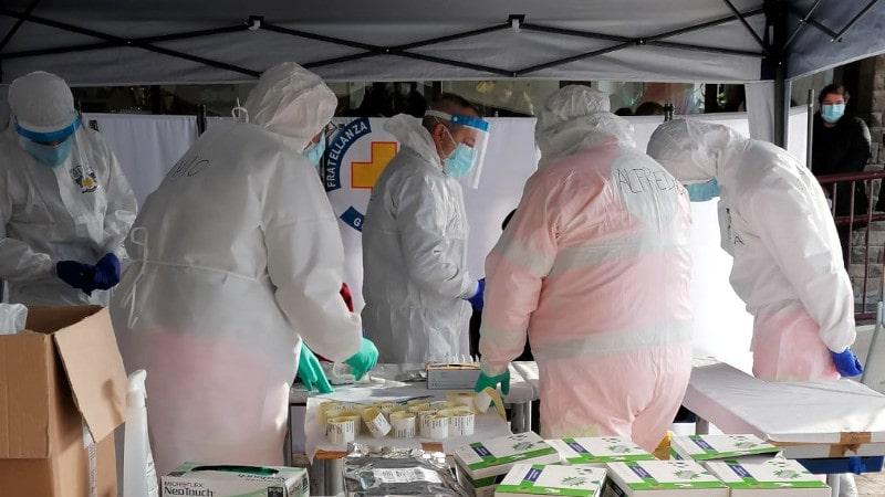 Volontari e infermieri preparano tamponi rapidi