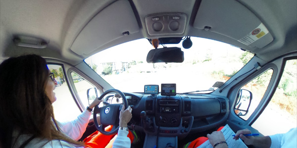 Donna alla guida di una Ambulanza