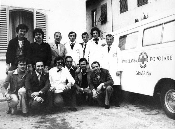 Gruppo di Volontari accanto all'Ambulanza n°1