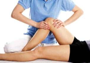 fisioterapista tratta un ginocchio