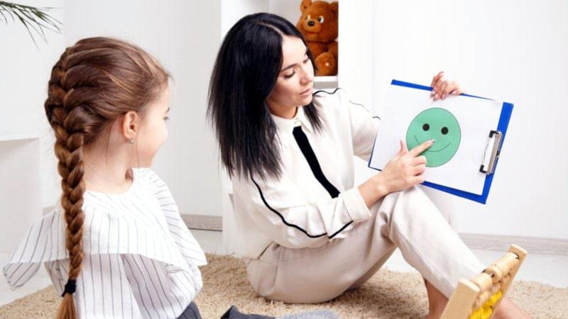 neuropsichiatra donna durante una sessione con una bambina