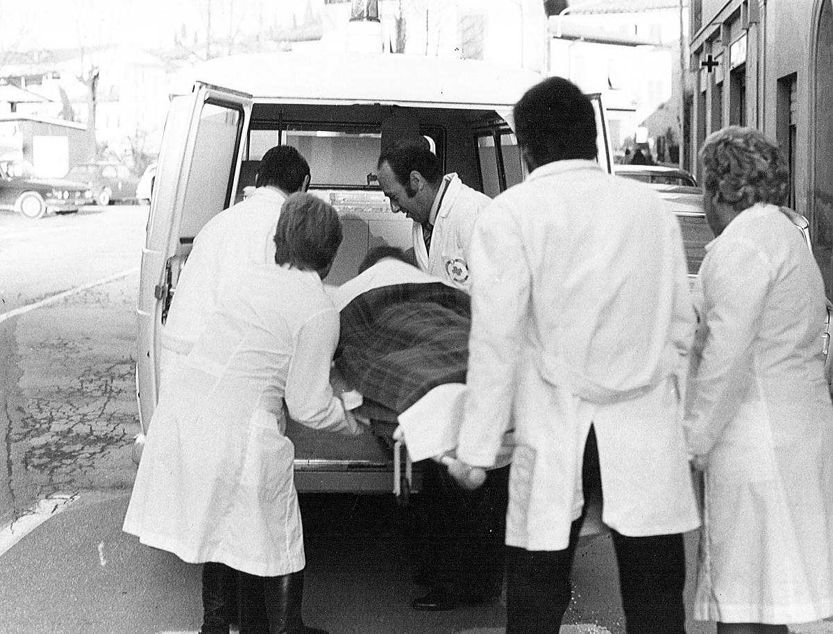 caricamento in ambulanza anni 70